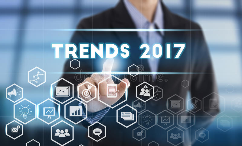 Biznesmen ręki odciskania guzik wykazywać tendencję 2017 obraz stock