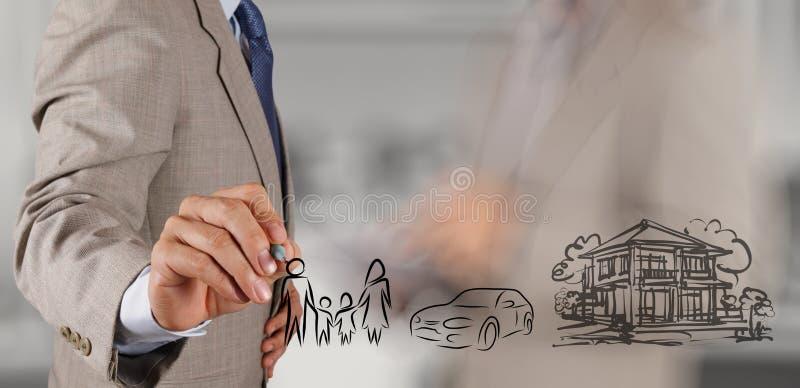 Biznesmen ręki przedstawienia planistyczna rodzinna przyszłość zdjęcia royalty free