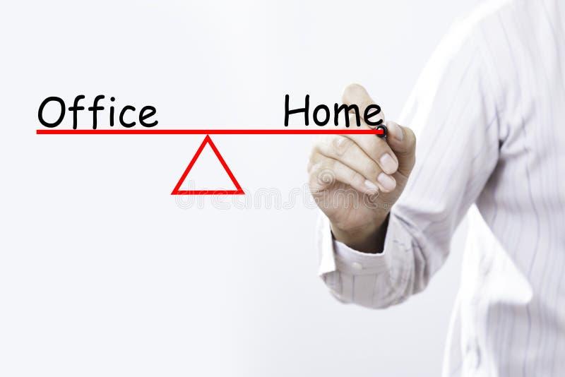 Biznesmen ręki rysunkowy biuro i Domowy życie balansujemy conce zdjęcie royalty free