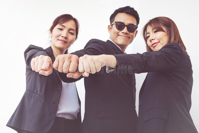 Biznesmen ręki w pięści, biznesu i pracy zespołowej pojęciu, zdjęcia royalty free