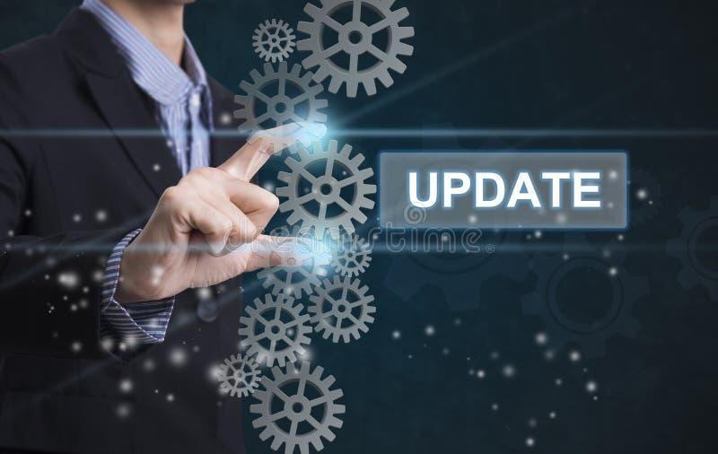 Biznesmen ręki wybiórki sformułowań aktualizacja znak na wirtualnym ekranie zdjęcie stock