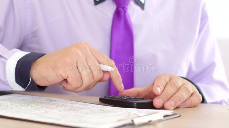 Biznesmen ręki z papierami lub podatek formą kalkulatora, pióra segregowania i writing i fotografia stock
