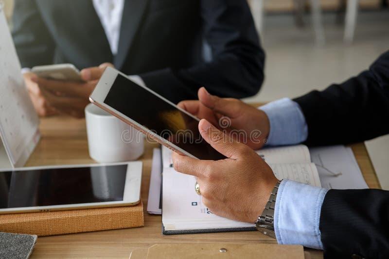 Biznesmen ręki z pastylką i smartphone obraz royalty free