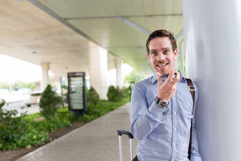 Download Biznesmen radosny zdjęcie stock. Obraz złożonej z lotnisko - 41954128