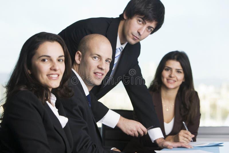 biznesmen relaksujący stół obrazy stock