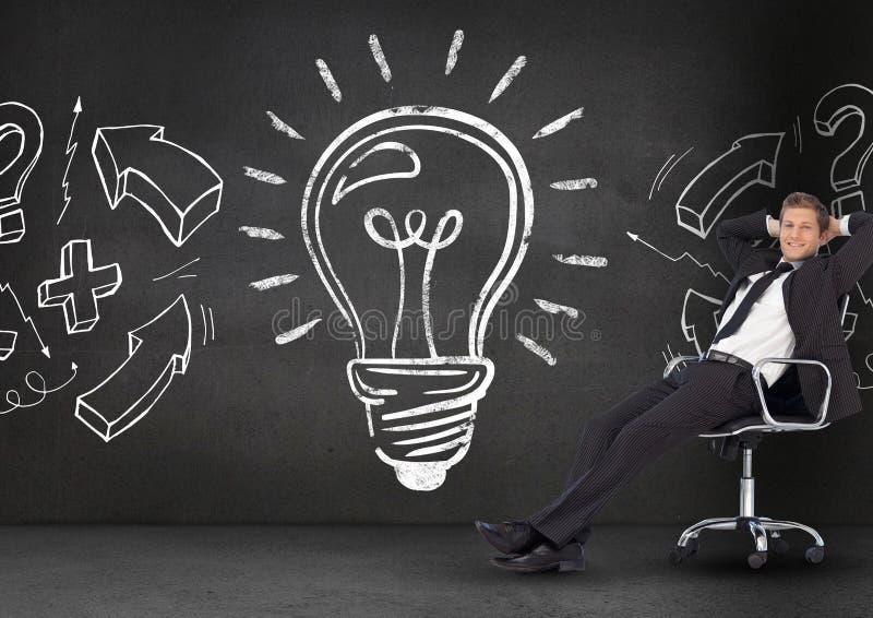 Biznesmen relaksuje na krześle przeciw żarówce na blackboard royalty ilustracja
