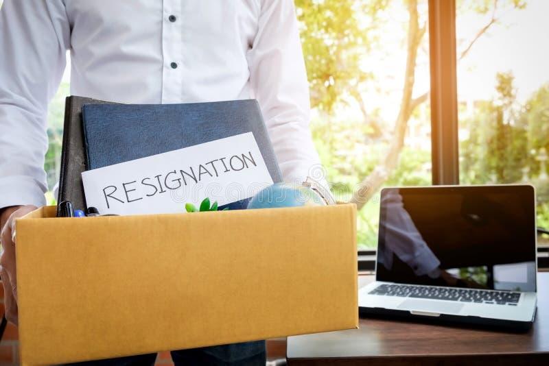 Biznesmen rezygnacja pakuje w górę wszystkie jego osobistych należeń a fotografia royalty free