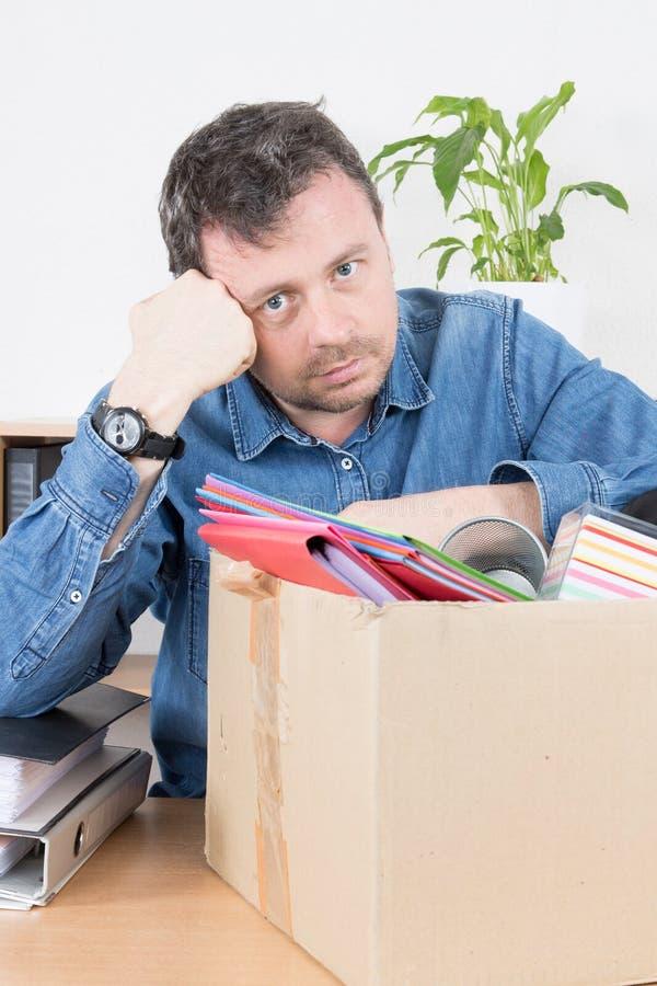 biznesmen robi jego kartom opuszczać jego biuro po ekonomicznej dymisi zdjęcie royalty free