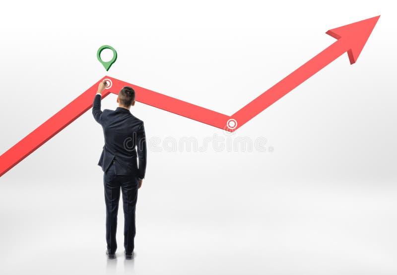 Biznesmen robi ocenie na powstającym diagramie obraz stock