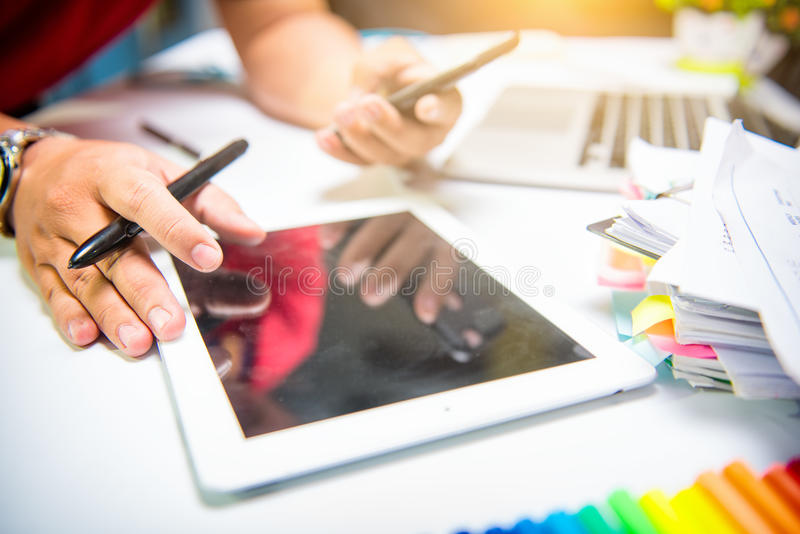 Biznesmen robi prezentaci na biuro stole z mądrze telefonem obrazy royalty free