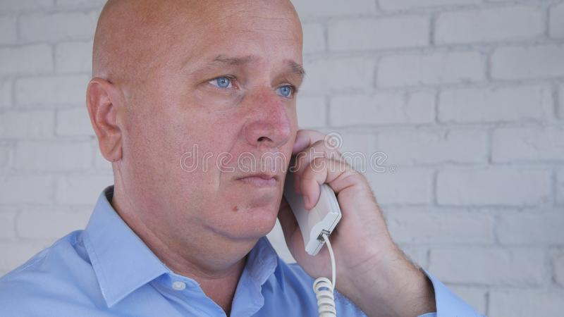 Biznesmen Robi rozmowie telefoniczej Używać Biurowego kabel naziemnego zdjęcie stock