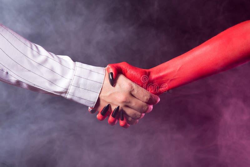 Biznesmen robi transakci z diabłem zdjęcie royalty free