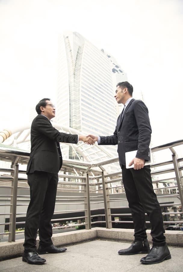 Biznesmen robi uścisk dłoni zgodzie Pojęcie współpraca obrazy royalty free