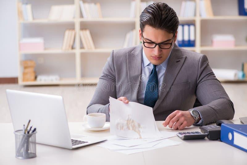 Biznesmen rozlewa kawę na znacząco dokumentach zdjęcie royalty free