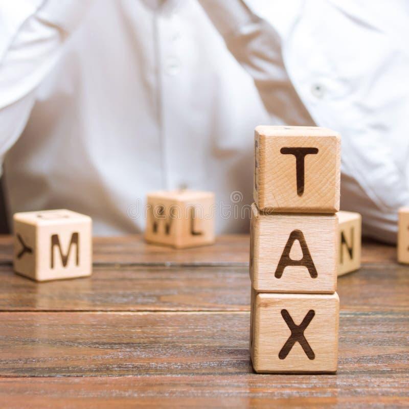 Biznesmen rozpami?tywa proces p?aci? podatki i podatk?w zwroty Tworzy? umo?liwia ?rodowisko dla biznesu i wzrosta gospodarczego obraz royalty free