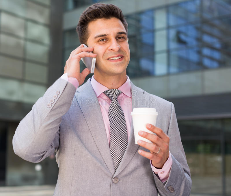 Biznesmen rozwiązuje biznesowe sprawy telefonem zdjęcie royalty free