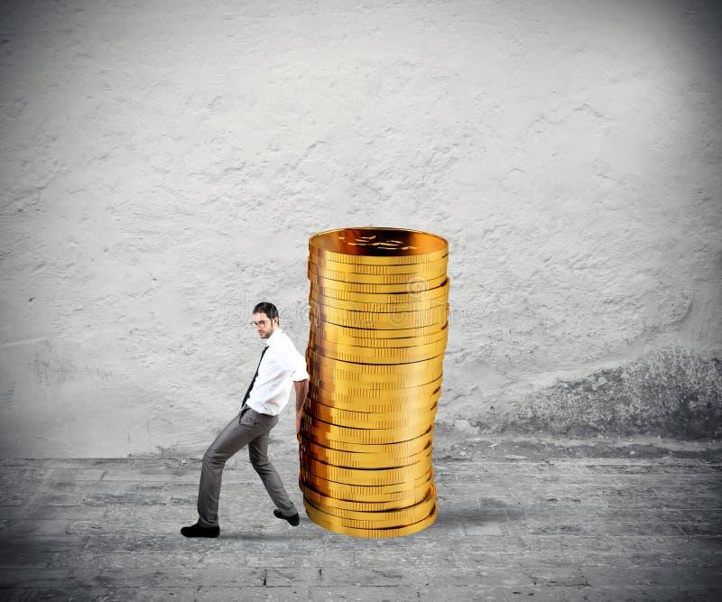 Biznesmen rusza się stos monety pojęcie trudność ratować pieniądze zdjęcia royalty free