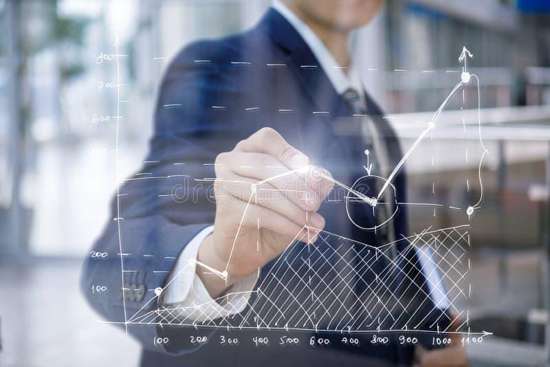 Biznesmen rysuje finansowego rozkład obrazy stock