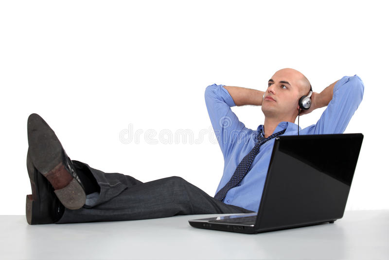 Biznesmen słucha hełmofony obrazy stock
