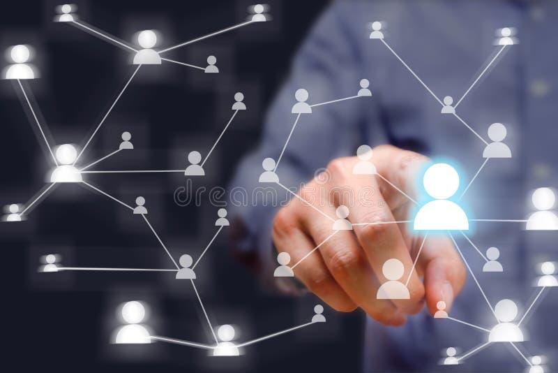 Biznesmen sieci naciskowy ogólnospołeczny guzik na nowożytnym cyfrowym dis fotografia royalty free