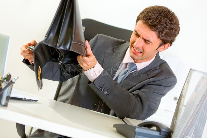 biznesmen skrzynka everything próbować trząść target241_0_ zdjęcia stock
