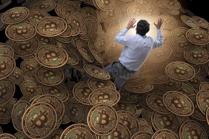 Biznesmen spada w werteba cryptocurrency bitcoin zdjęcie stock
