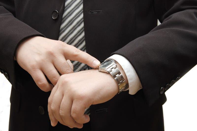 biznesmen spojrzenie jego zegarek zdjęcie royalty free