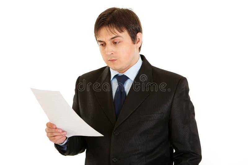 biznesmen sprawdzać koncentrującego dokument obrazy royalty free