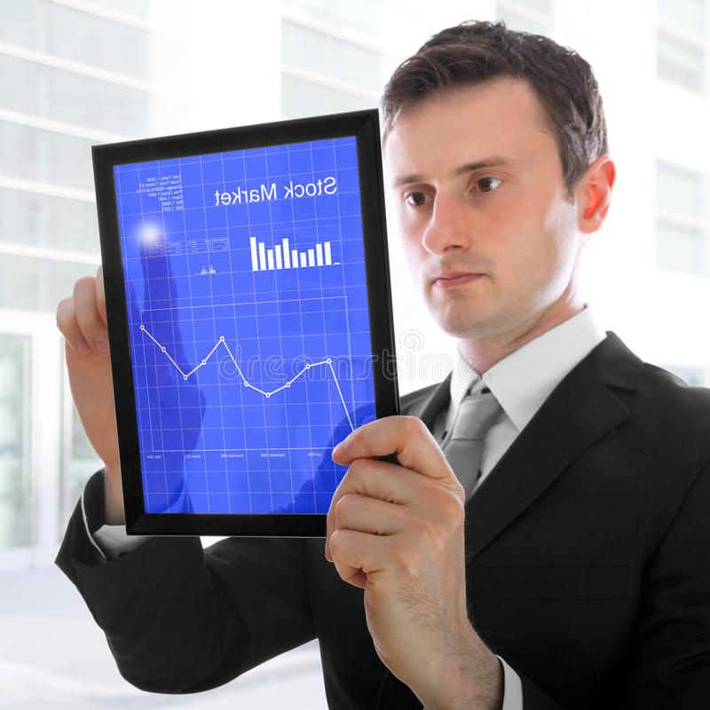 biznesmen sprawdzać mienia komputeru osobisty zapasów touchpad obrazy stock