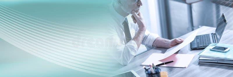 Biznesmen sprawdza dokument; panoramiczny sztandar obrazy stock