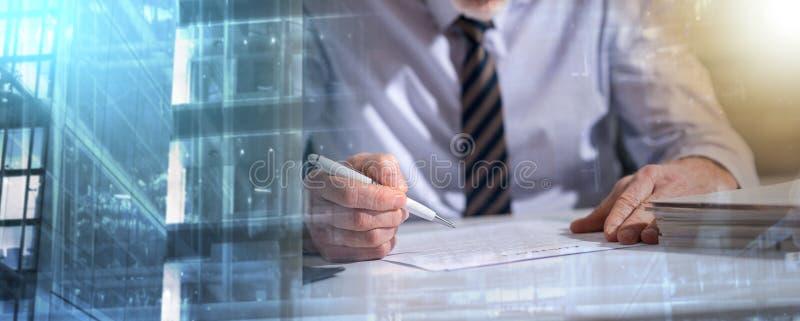 Biznesmen sprawdza dokument; wieloskładnikowy ujawnienie obraz royalty free
