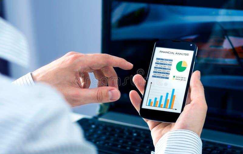 Biznesmen sprawdza pieniężną analizę obraz stock