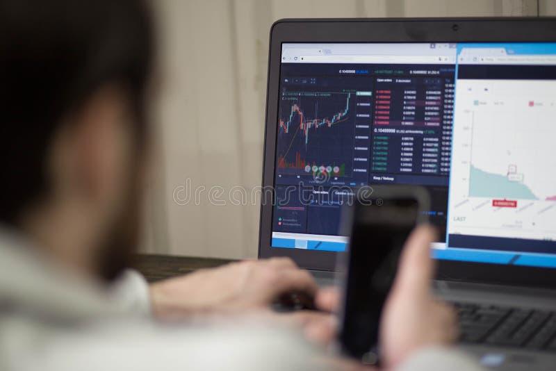 Biznesmen sprawdza zapasy na laptopie zdjęcia stock