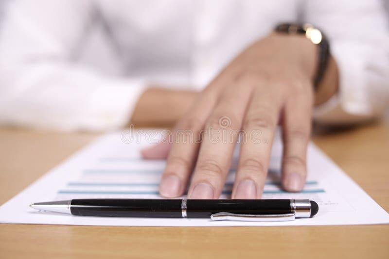 Biznesmen Stawia czoło Kontraktacyjnego lub Studenckiego Wykończeniowego egzamin obraz stock