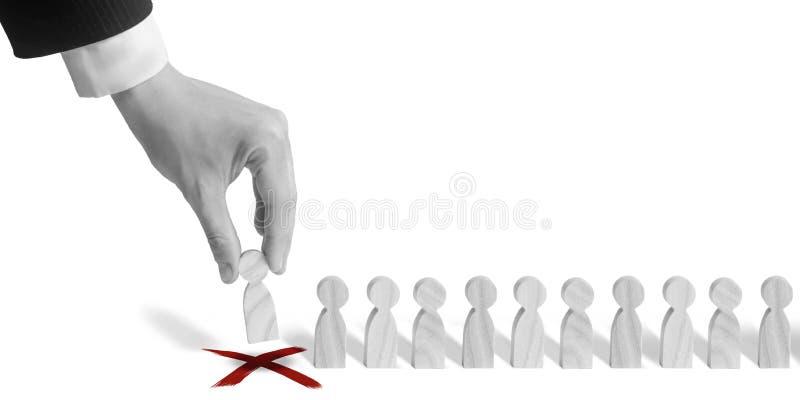 Biznesmen stawia domina z rzędu Pojęcie kadrowy wybór i zarządzanie wśród drużyny Dymisja i zatrudniać ludzie obrazy royalty free