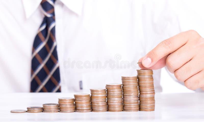 Biznesmen sterty moneta dla wzrosta twój pieniądze obraz stock
