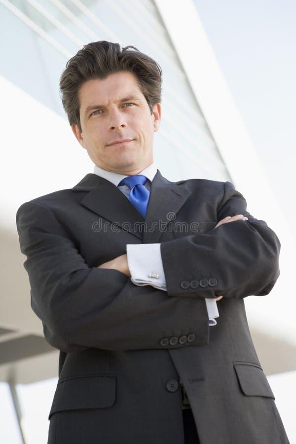 biznesmen stoi na zewnątrz budynku. obrazy stock