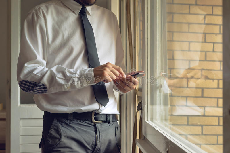 Biznesmen stuka mobilnego mądrze telefon obrazy royalty free