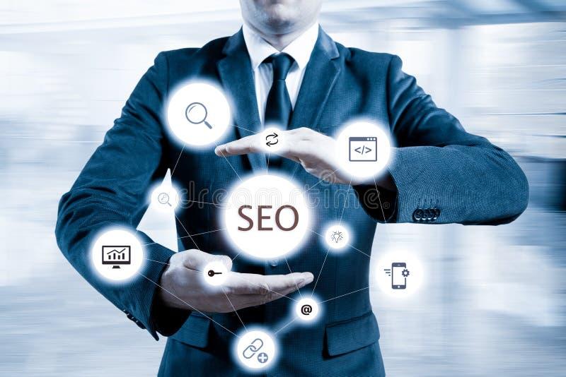 Biznesmen sugerował wydajnego 'SEO' optimisation podejście Ręki przedstawia 'SEO' flowchart obraz royalty free