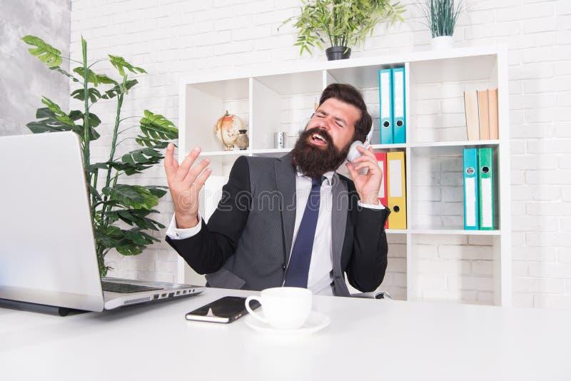 biznesmen sukces Mężczyzny urzędnika słuchający muzyczni hełmofony Dobry nastrój i inspiracja Motywacyjna muzyka zdjęcia stock