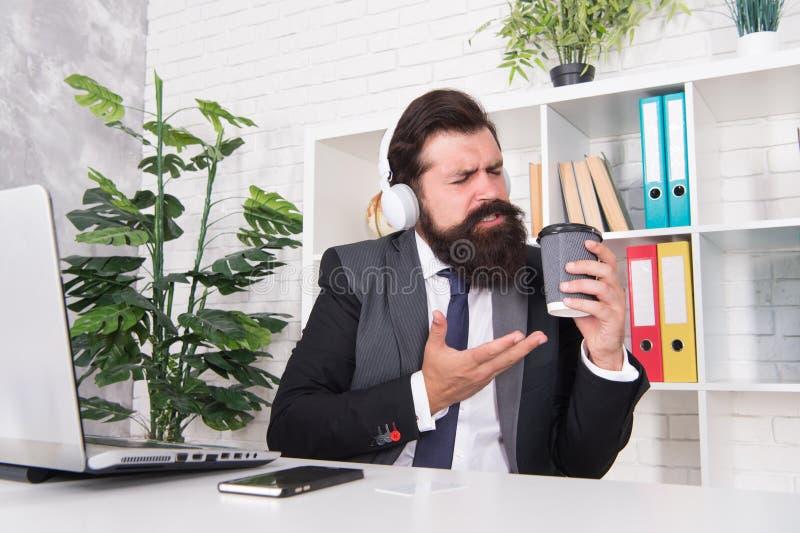 biznesmen sukces Mężczyzny urzędnika słuchający muzyczni hełmofony Miarowy ranek w biurze Motywacyjna muzyka zdjęcia stock
