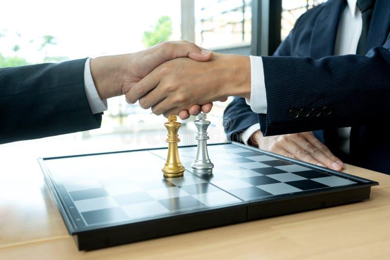 Biznesmen sztuki szachy po gry obraz stock