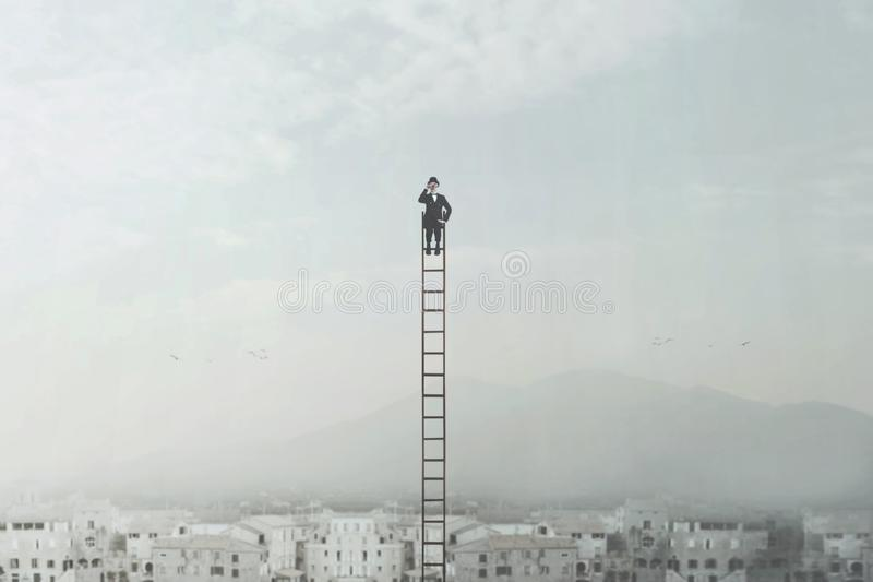 Biznesmen szuka nowego biznes wyszukuje z jego lornetkami nad miastem zdjęcie royalty free
