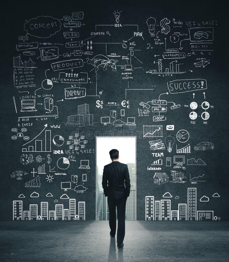 Biznesmen szukający szkicu biznesowego zdjęcie stock