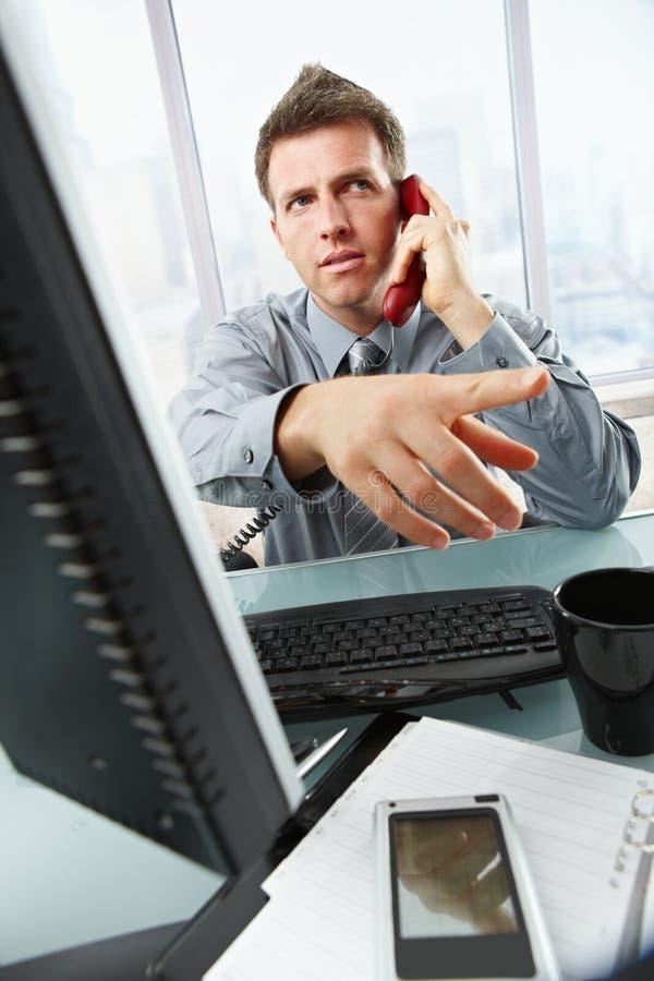 Biznesmen target975_0_ i target976_0_ w biurze fotografia stock