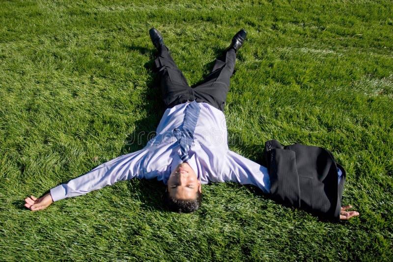 biznesmen trawy leżącego obraz stock
