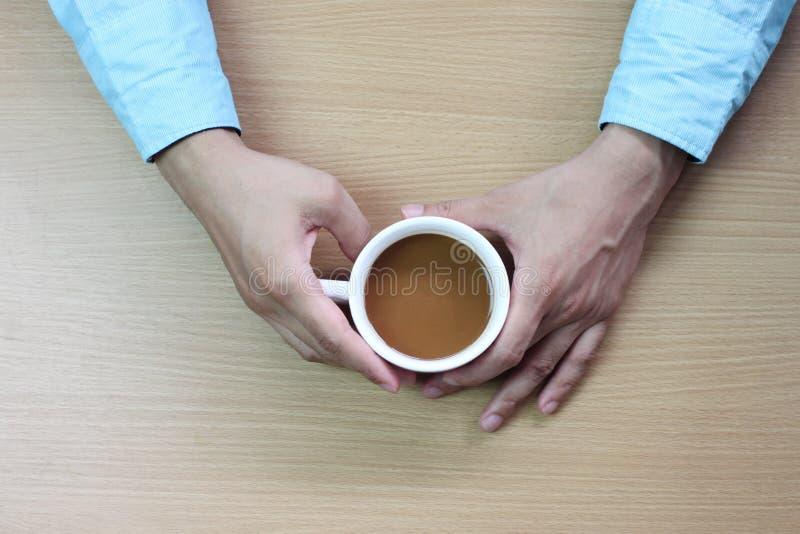 Biznesmen trzyma białego kawowego kubek zdjęcie stock