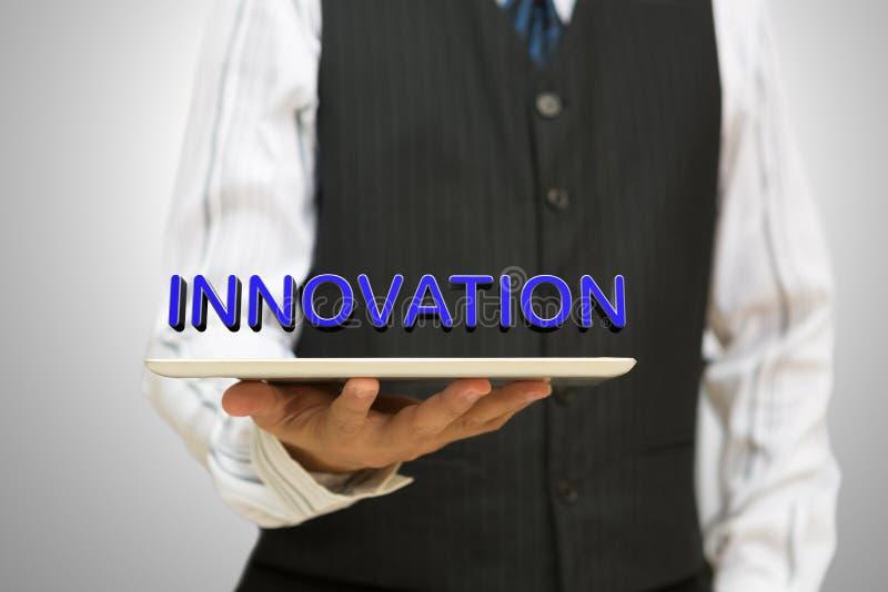 Biznesmen trzyma cyfrową pastylkę z innowacją obrazy stock