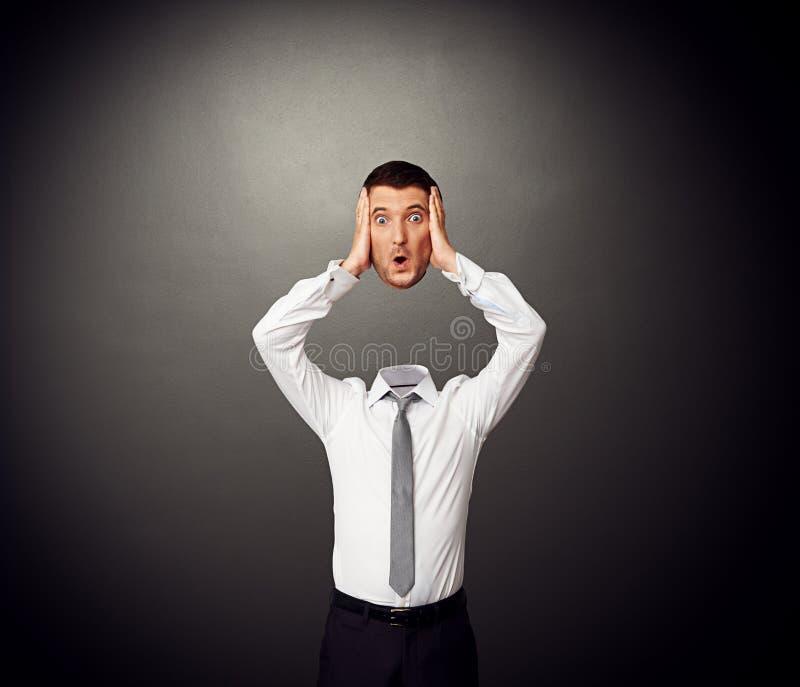Biznesmen trzyma jego zadziwiającą głowę w rękach fotografia royalty free