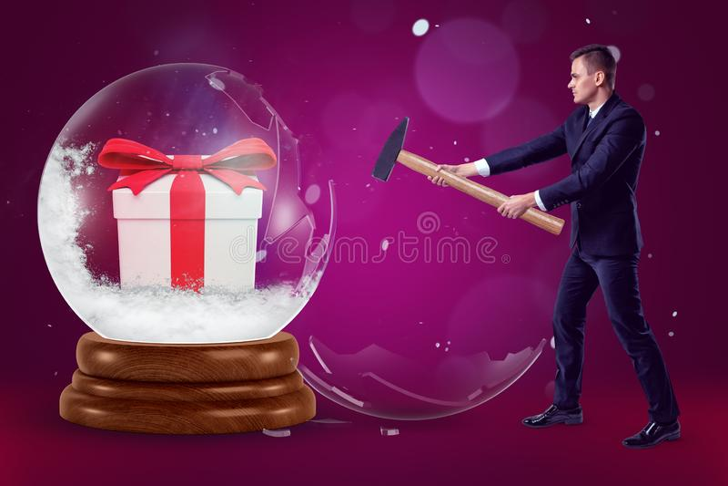 Biznesmen trzyma młot i rozbija dużą kryształową kulę z prezenta pudełkiem wśrodku purpurowego tła z few dalej royalty ilustracja